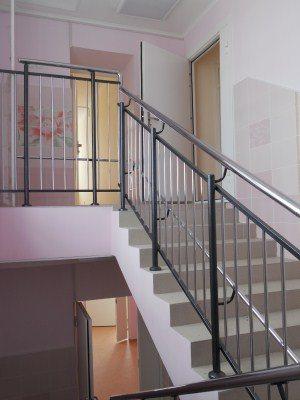 Лестница с перилами на трех уровнях