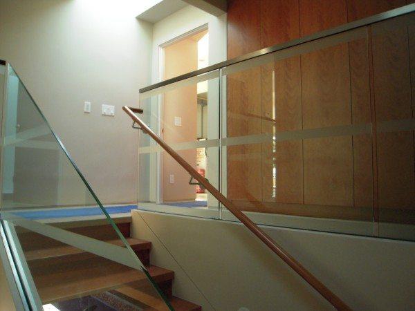 Лестница со скрытым металлическим каркасом.