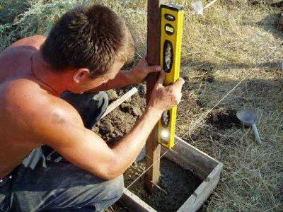 Любой вертикальный столб необходимо вымерять по уровню