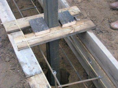 Металлические столбы следует установить заблаговременно, чтобы во время бетонирования они уже были зафиксированы по уровню