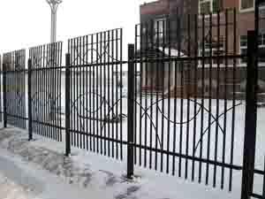Металлические заборы не боятся влаги и морозов