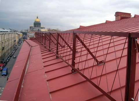 Металлический парапет на скатной крыше здания