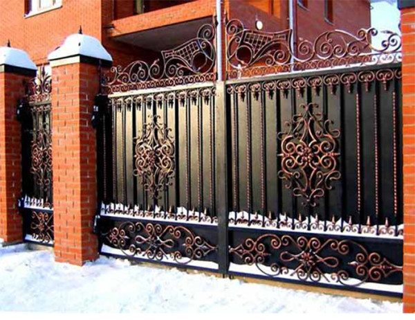 Металлический забор с элементами художественной ковки