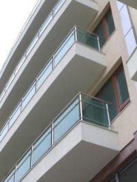 Модель балконных ограждений из алюминия с цветным стеклом