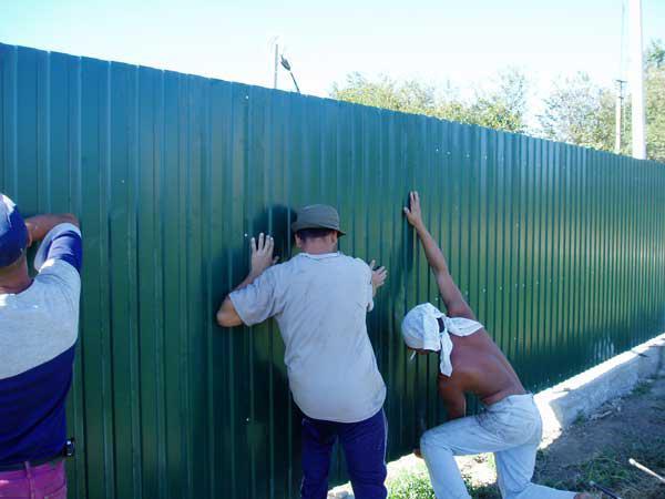 Монтаж листов на готовую конструкцию ограждения