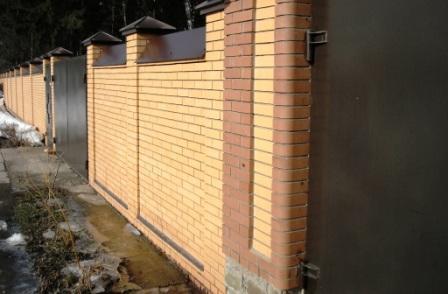 Мощная стена на границе участка