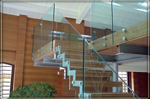 Можно использовать и стекло, только очень прочное и в закрытых помещениях