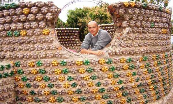 Можно построить и крепость из пластиковых бутылок