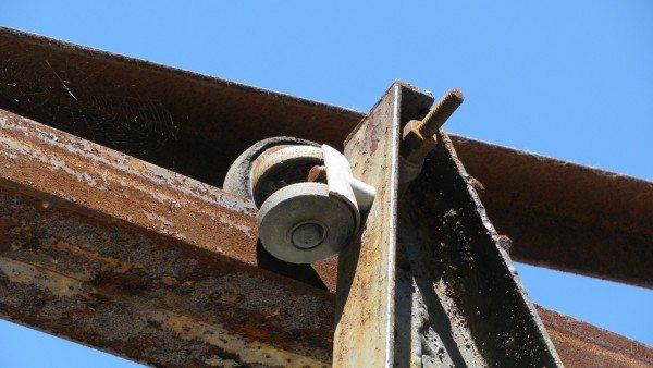 На этом фото хорошо видны опорные и фиксирующие ролики. Опорный ролик снабжен резиновым покрытием, что заметно снижает уровень шума при открывании и закрывании ворот.