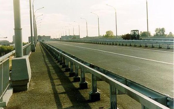 На фото - мостовое ограждение 11МО.