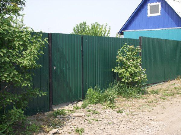 На фото - непрозрачный и абсолютно безопасный забор