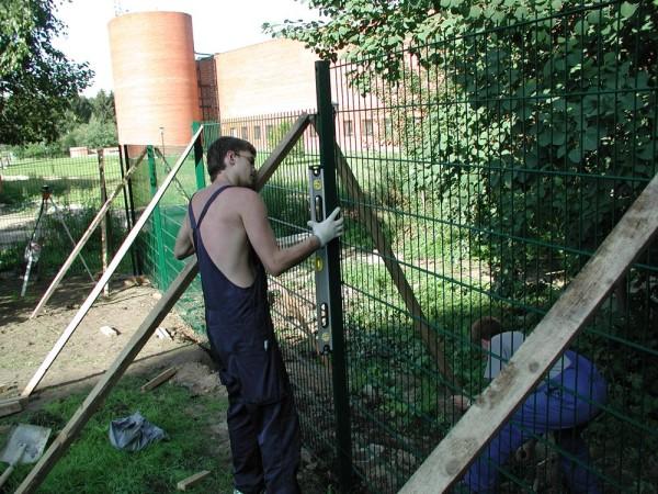 На фото - установка металлической ограды