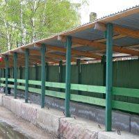 На фото – временный забор с дополнительными конструкциями