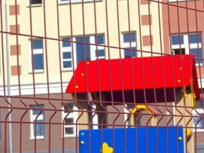 На фото – забор из сварной металлической сетки