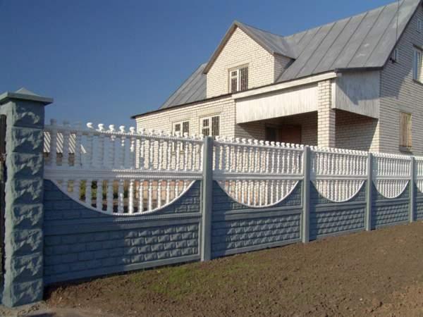На фото декоративный железобетонный забор.