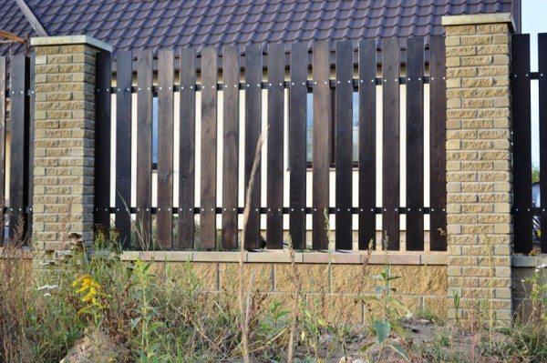 На фото «комбинированный» забор