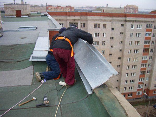 На фото показан ремонт классического парапета на плоской крыше
