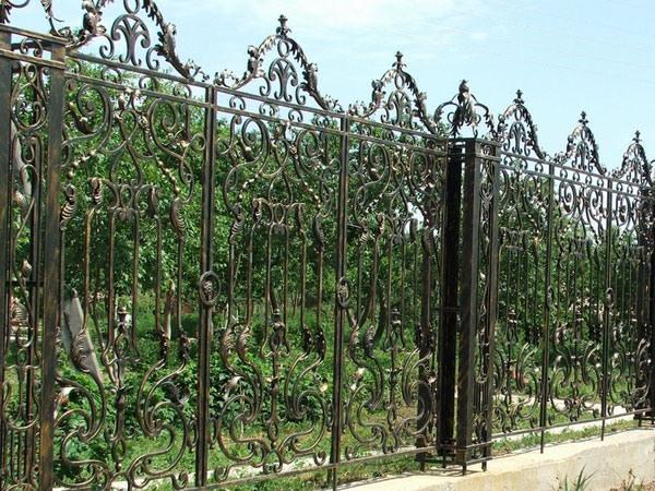 На фото представлена кованая ограда, выполненная по индивидуальным эскизам заказчика