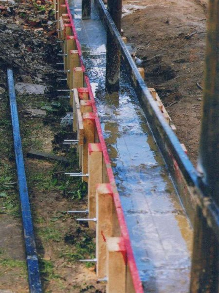 На фото пример фундамента: установлена опалубка и залит бетон