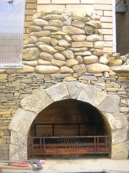 На фото пример применения бута, в гостиной, изящный камин