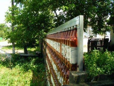 На фото видно, как сделан забор на деревянном каркасе