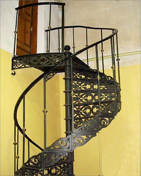 На фото винтовая кованая лестница, целиком сделанная из металла.