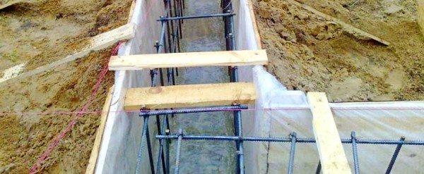 На стенки опалубки нужно закрепить полиэтилен, это позволит после застывания раствора разобрать опалубку без деформации фундамента