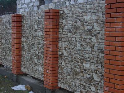 Нанесенный рисунок практически нельзя отличить от настоящей стены из камня