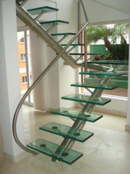 Неординарная лестничная конструкция из нержавеющей стали и стекла