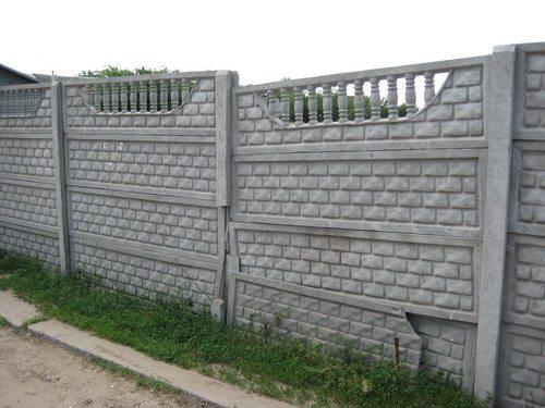 Несмотря на прочность, бетонная изгородь может быть повреждена неосторожным водителем.