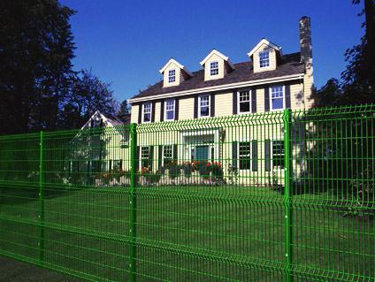 Обнесенная железным забором частная собственность