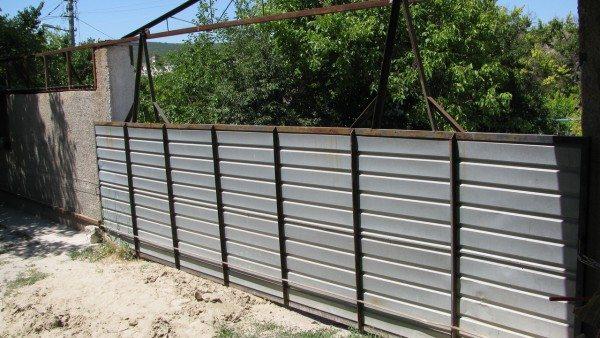 Общий вид ворот. Каркас сварен из уголка 50х50 мм и обшит оцинкованным профлистом.