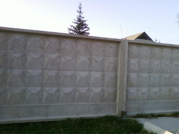 Обычный бетонный забор
