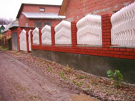 Ограда должна быть надежной и красивой.