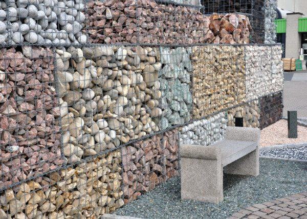 Ограда, использующая различные виды камней.