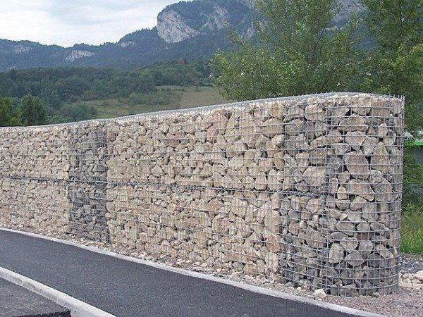 Ограда из габионов.