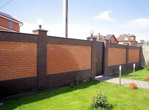 Ограда из кирпича выглядит надежно и привлекательно.