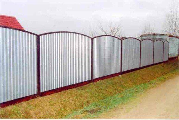 Ограда из профнастила в секциях
