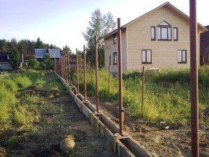 Ограда в ходе постройки