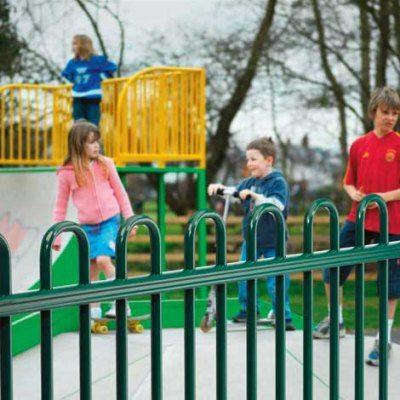Ограждение детского сада из металлических прутьев
