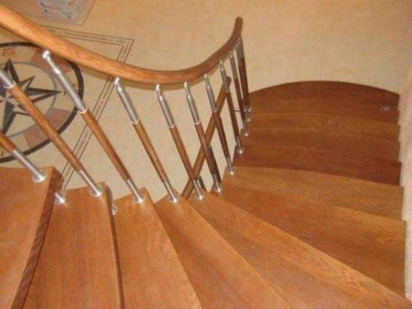 Ограждение для лестниц из дерева и металла.