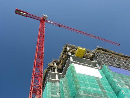 Ограждение фасадов высотных домов особенно важно с точки зрения безопасности.