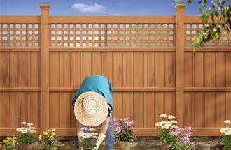 Ограждение из древесно-полимерного композита – уют внутри двора, а остальное за забором