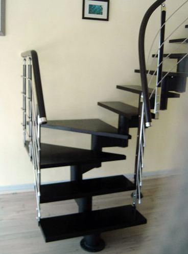 Ограждение из нержавейки на хребтовой лестнице