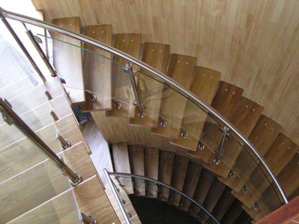 Ограждение из нержавеющей стали на безкосоурной лестнице