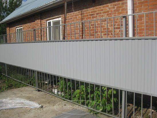 Ограждение, изготовленное из конструкционной стали с добавлением металлического профиля