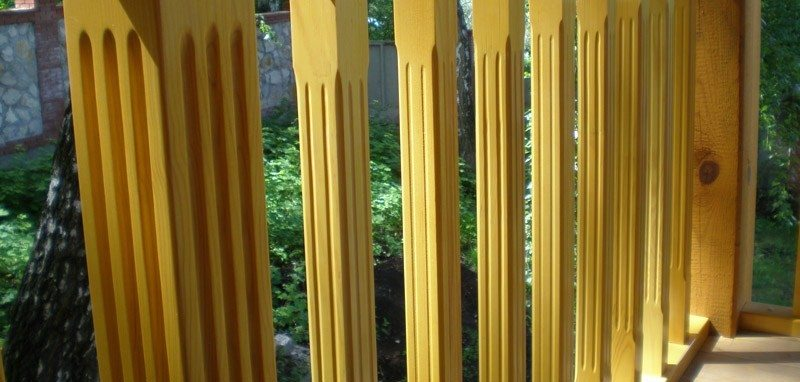 Ограждение веранды из дерева с присутствием резных элементов