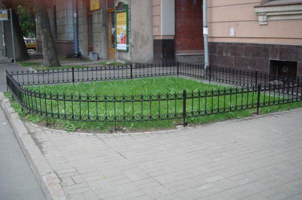Огражденный газон автоматически приобретает благоустроенный и ухоженный вид.