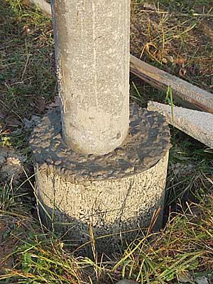Опорный столб в бетонном «стакане»