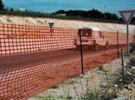 Оранжевая оградительная сетка – отличный временный забор.
